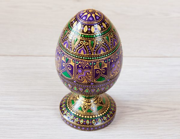 Wooden egg on a stand - purple